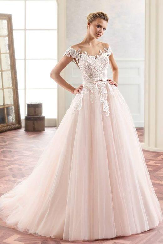 1aa56fcd4ba9 Každá nevěsta přikládá volbě svých svatebních šatů velkou pozornost. Proto  i my musíme svatební šaty pečlivě vybírat a často svou kolekci doplňovat.